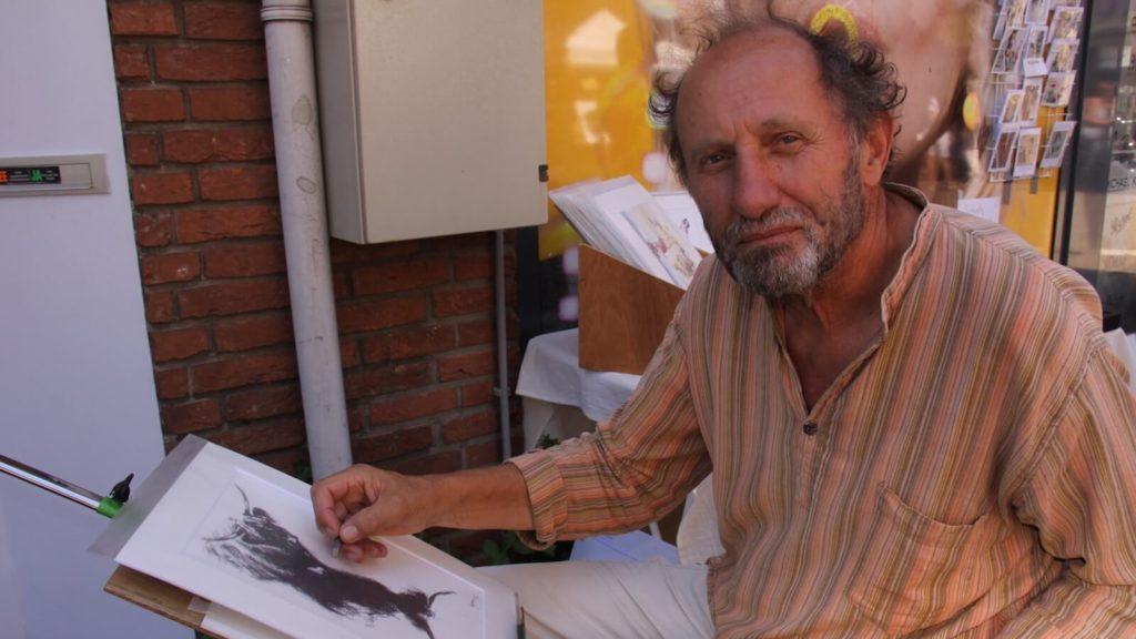 Jeroen Bijl in actie op een kunstmarkt